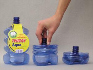 Harmoniková lahev vynálezce Oty Mušálka se po vypití jednoduše zmáčkne, čímž se značně ušetří místo ve sběrném kontejneru, a tedy i náklady na svoz (patentováno, licence MaxDrinks s. r. o.).