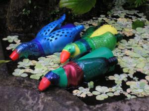 Veronika Richterová, PET-ART, PE lahev, umění z odpadu, recyklace, up-cycling, kachničky, toilet duck